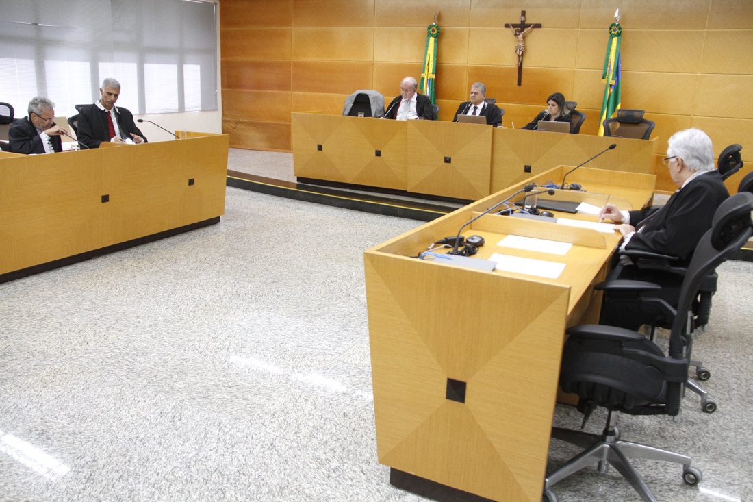 Conselheiros se reúnem em sessão da Primeira Câmara do TCE