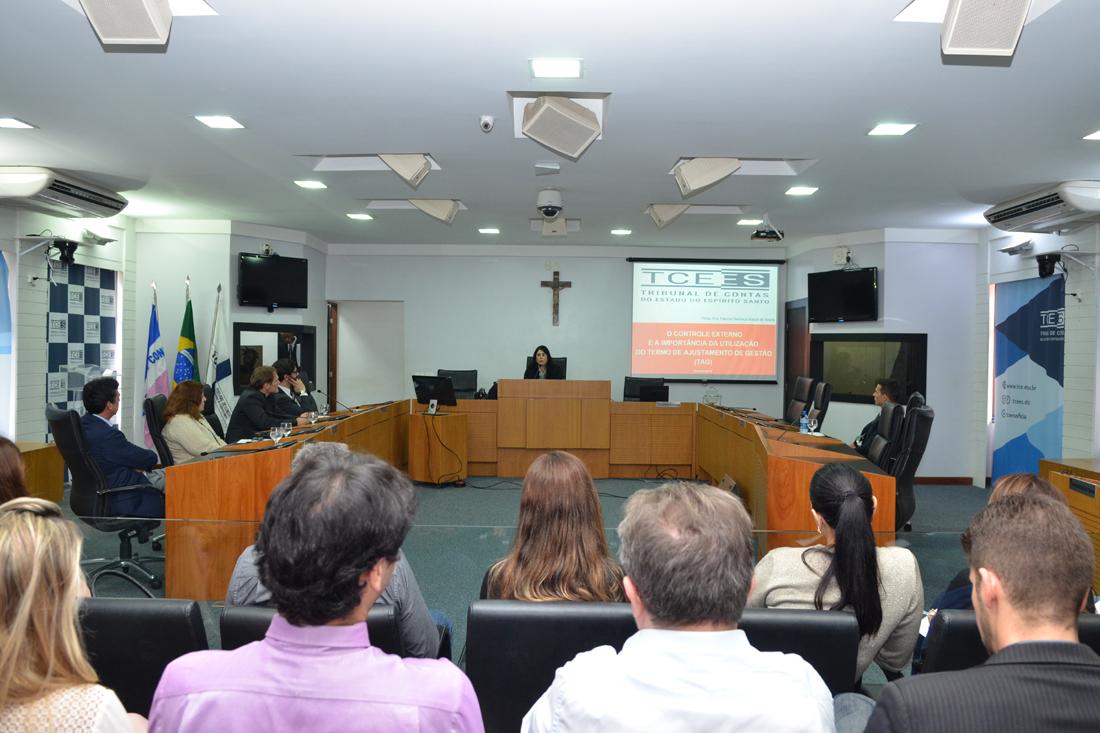   No TCE/ES, diretora técnica do TCE/SE faz palestra sobre Termo de Ajustamento de Gestão
