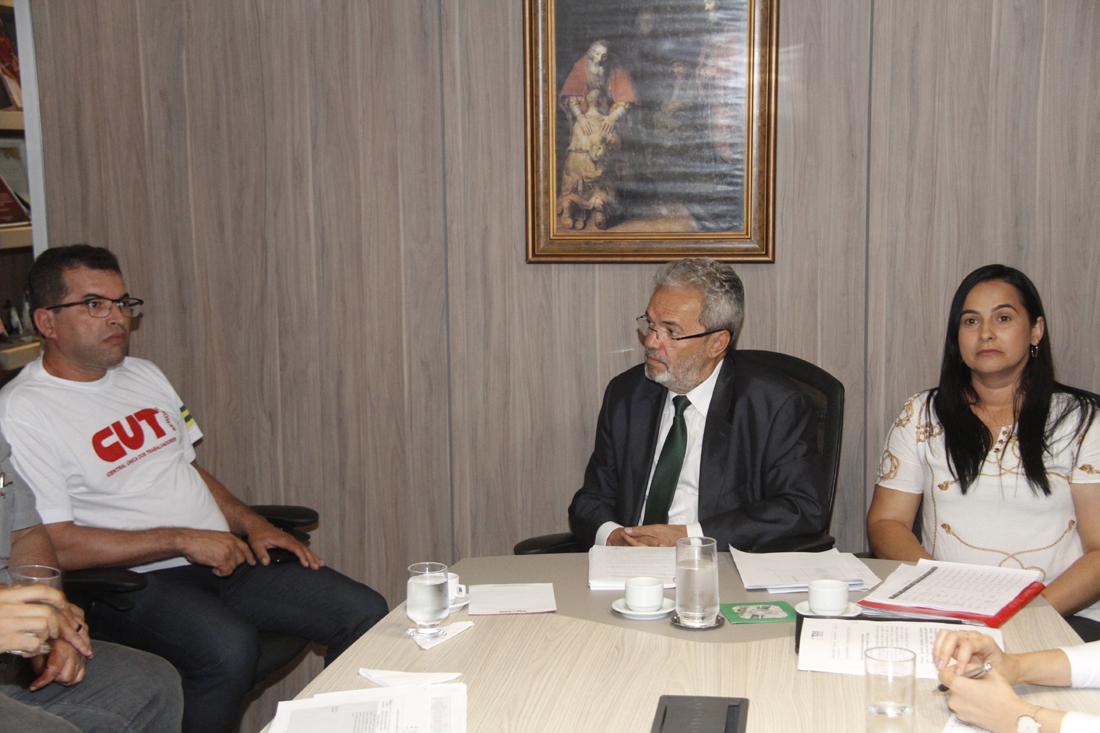 Conselheiro media reunião entre município de Pedrinhas e Sintese sobre piso do magistério
