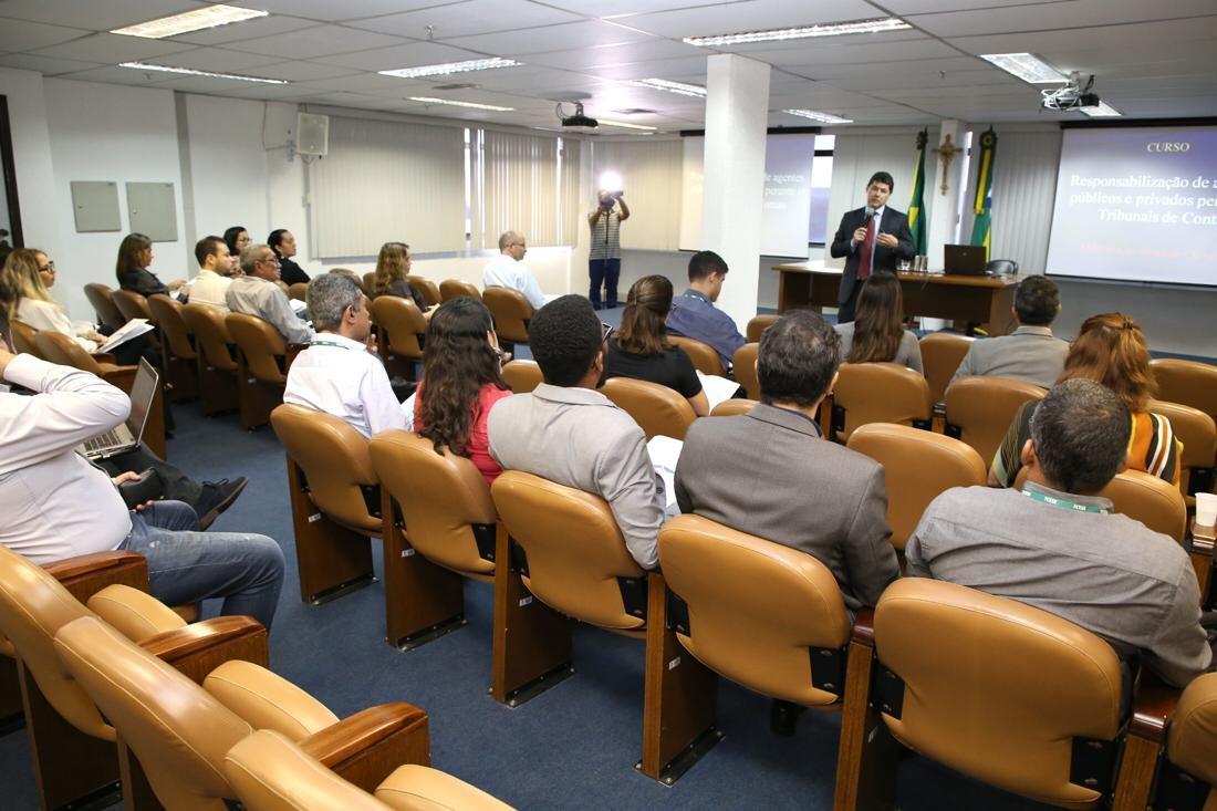 Corpo técnico do TCE participa de treinamento sobre responsabilização de agentes públicos e privados