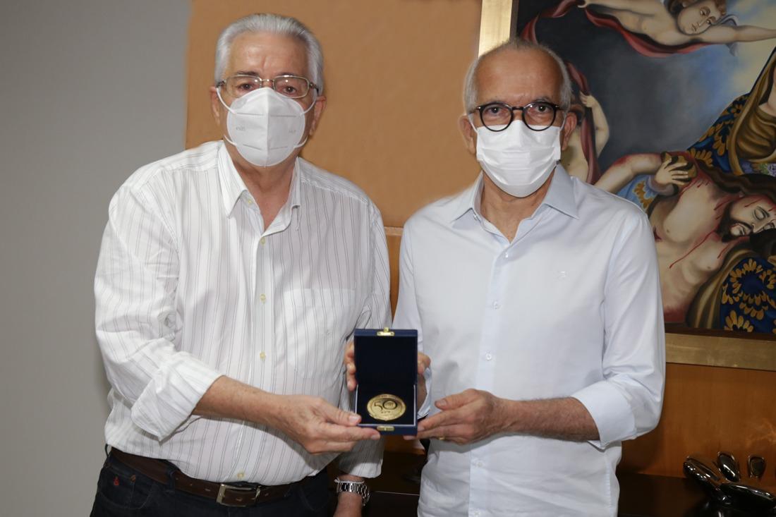 Prefeito de Aracaju recebe medalha do cinquentenário do TCE/SE