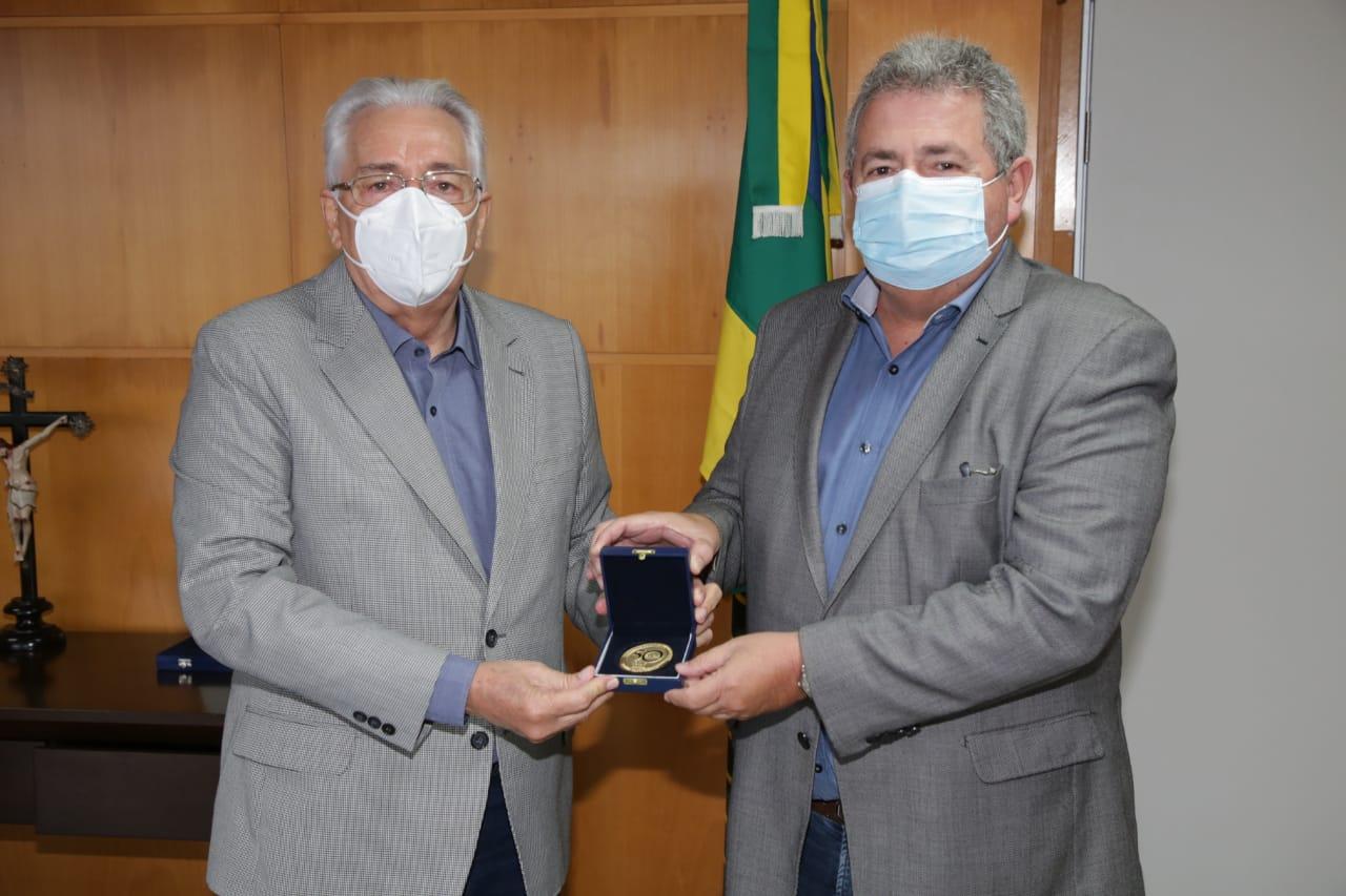 Presidente do TRE recebe medalha do cinquentenário do Tribunal de Contas