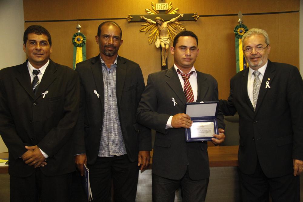 Wanderson do Nascimento Silva, presidente da Câmara de Pinhão, recebendo a homenagem.